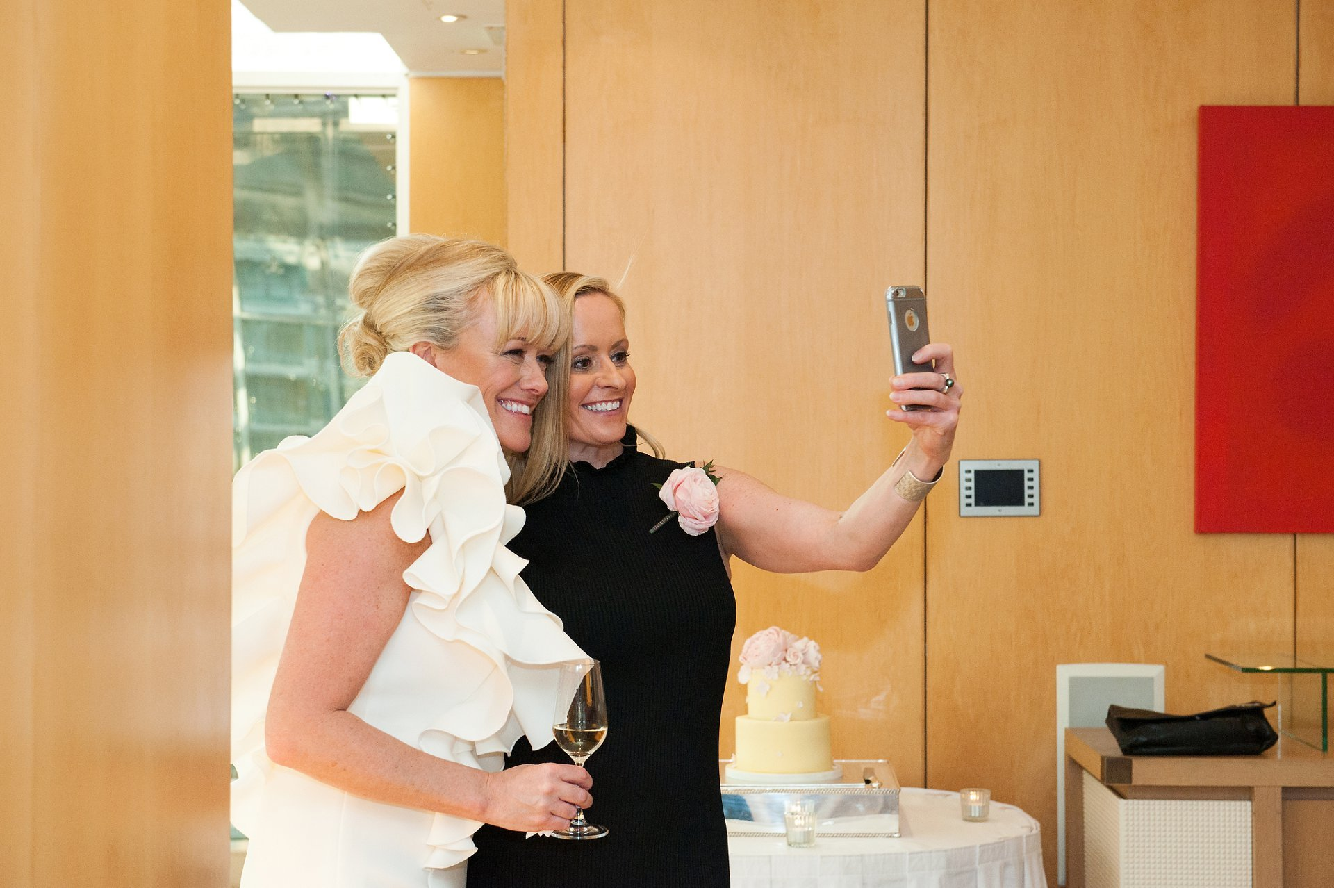Bride & her sister take a selfie during Jumeirah Carlton reception