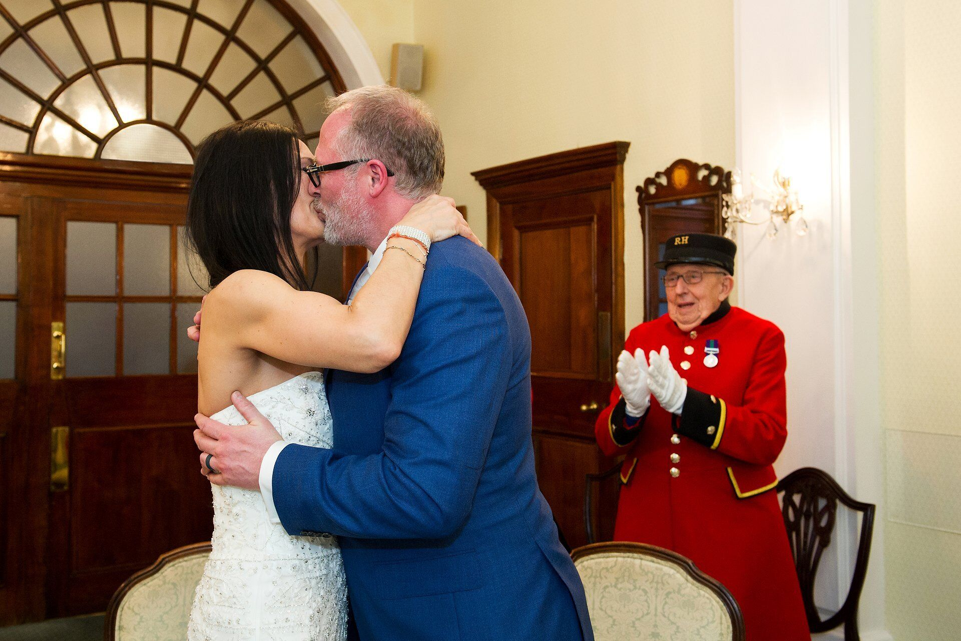 chelsea pensioner applauds couple kissing at chelsea register office
